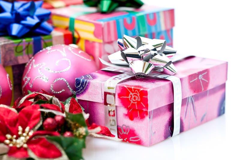 Regali ed ornamenti di natale fotografie stock