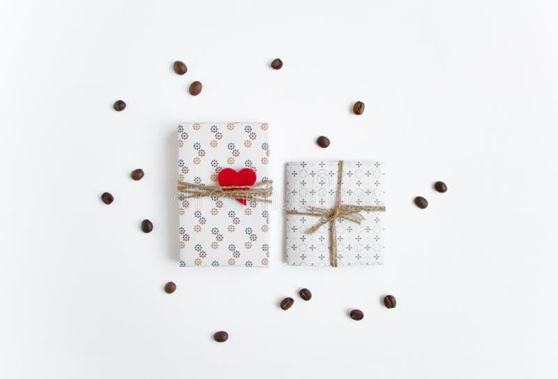 Regali fatti a mano su fondo bianco decorato con i chicchi di caffè e del cuore Vista superiore, disposizione piana immagini stock