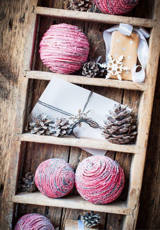 Regali naturali di Natale d'annata sullo scaffale rurale, backgroun di legno immagini stock