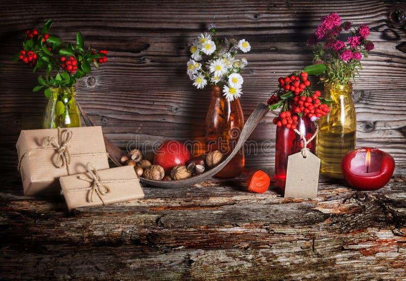 Regali nella decorazione di autunno fotografia stock