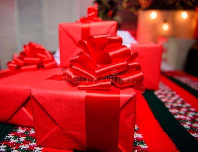 Regali o presente avvolti rossi Prepari per natale ed il nuovo anno Spostamento del concetto dei regali Momenti magici preparisi immagini stock libere da diritti