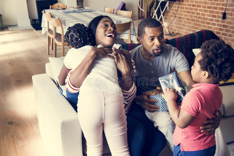Regali sorprendenti del papà e della mamma ai bambini immagini stock