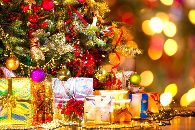 Regali sotto l'albero di Natale fotografie stock