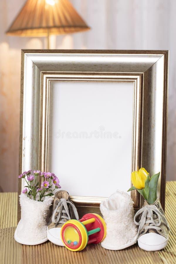 Marco agradable del regalo del bebé adornado fotografía de archivo libre de regalías