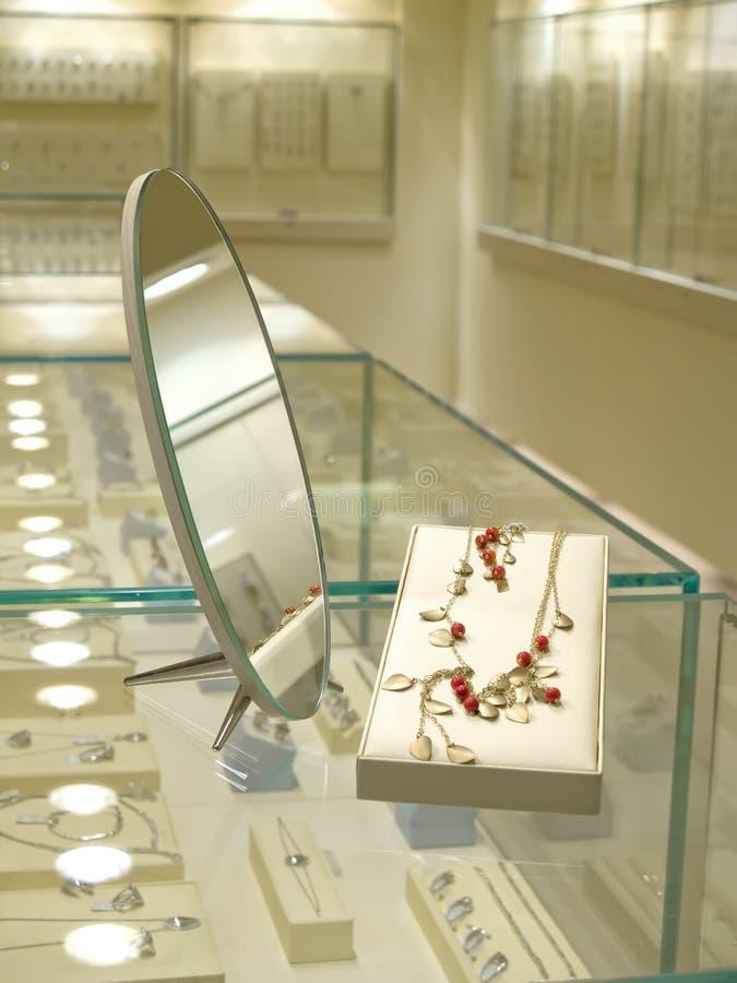 Regalo attuale nel negozio di gioielli immagine stock