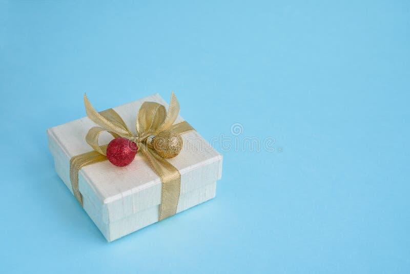 Regalo blanco o actual caja con la decoración rojo-de oro o de la Navidad imágenes de archivo libres de regalías