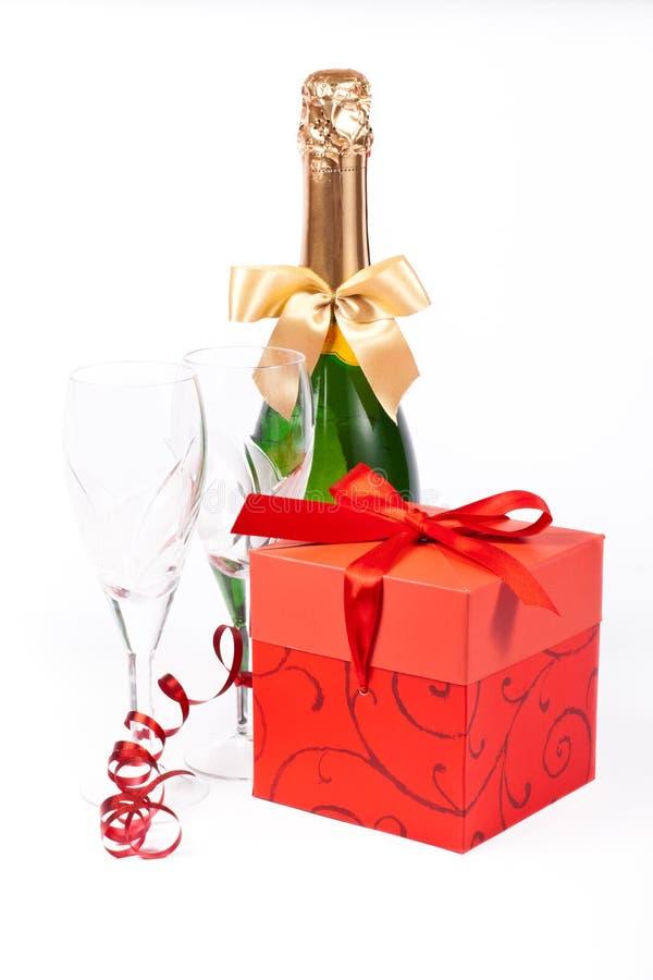 Regalo in casella, champagne e vetri fotografia stock