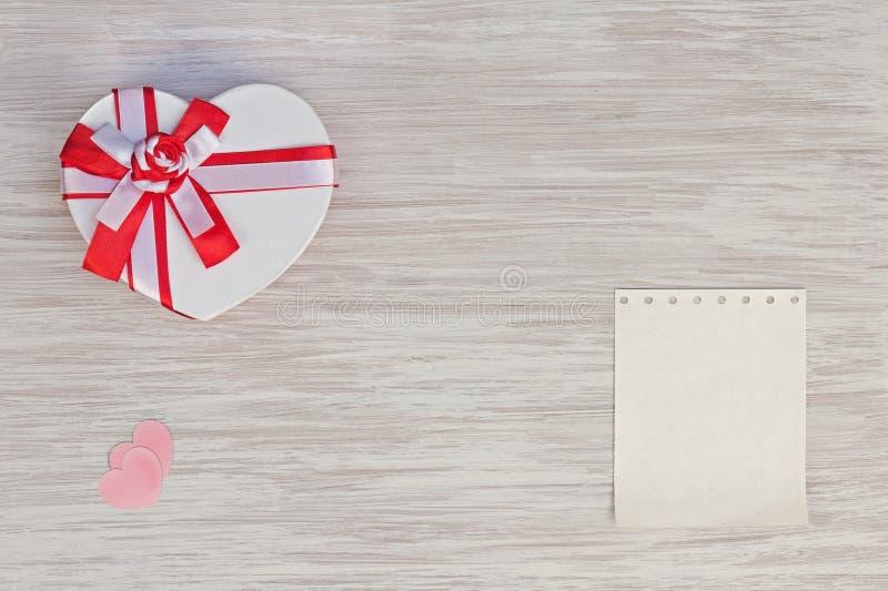 Regalo, corazón y documento del día del ` s de la tarjeta del día de San Valentín sobre fondo de madera. fotografía de archivo libre de regalías