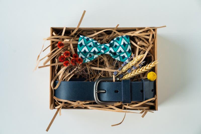 Regalo, corbata de lazo y correa envueltos, regalo para el hombre foto de archivo