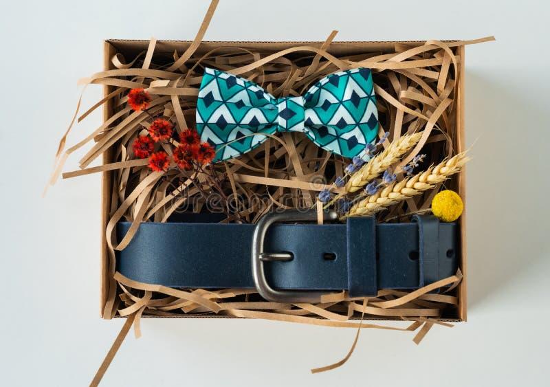 Regalo, corbata de lazo y correa envueltos, regalo para el hombre fotografía de archivo