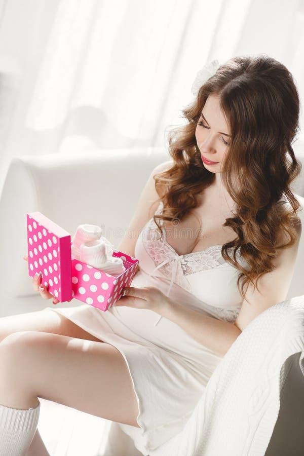 Regalo costoso para una mujer embarazada foto de archivo libre de regalías