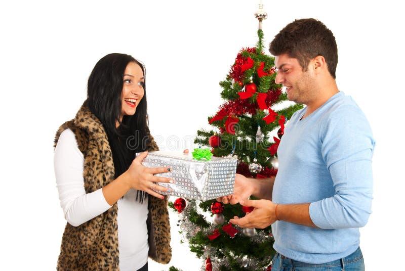 Regalo d'offerta di Natale dell'uomo fotografie stock libere da diritti