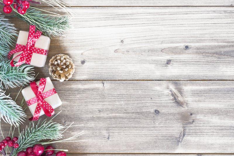 Regalo de Cristmas en la madera, nieve imagenes de archivo