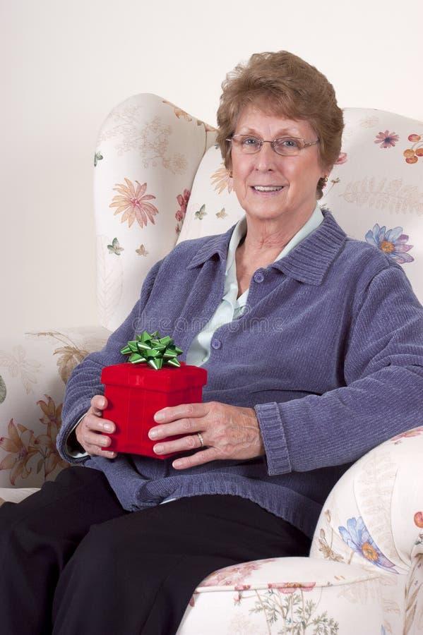 Regalo de cumpleaños de la abuela del presente del día de madres fotos de archivo