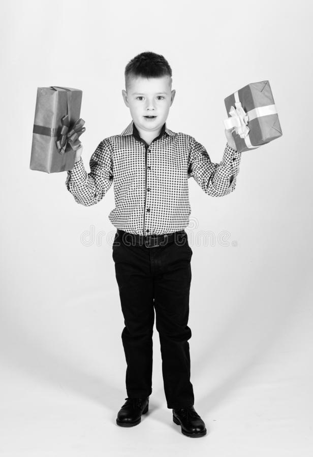 Regalo de cumplea?os Peque?a caja de regalo del control del muchacho La Navidad o regalo de cumplea?os Los sue?os vienen verdad C foto de archivo