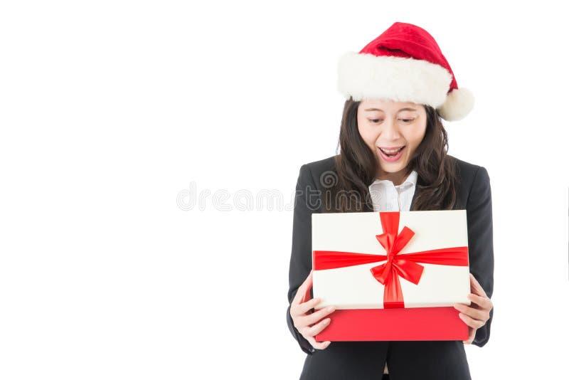 Regalo de la abertura de la mujer de negocios de la Navidad sorprendido fotografía de archivo