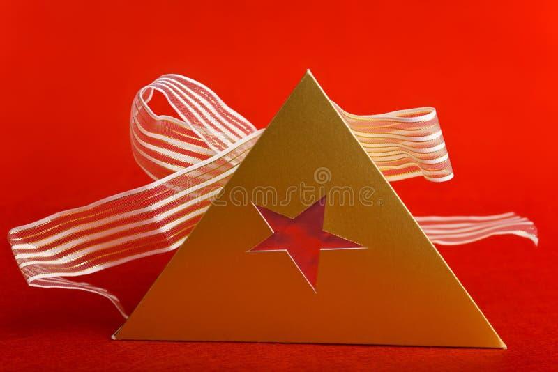 Regalo de la Navidad con dimensión de una variable del pyramide imágenes de archivo libres de regalías