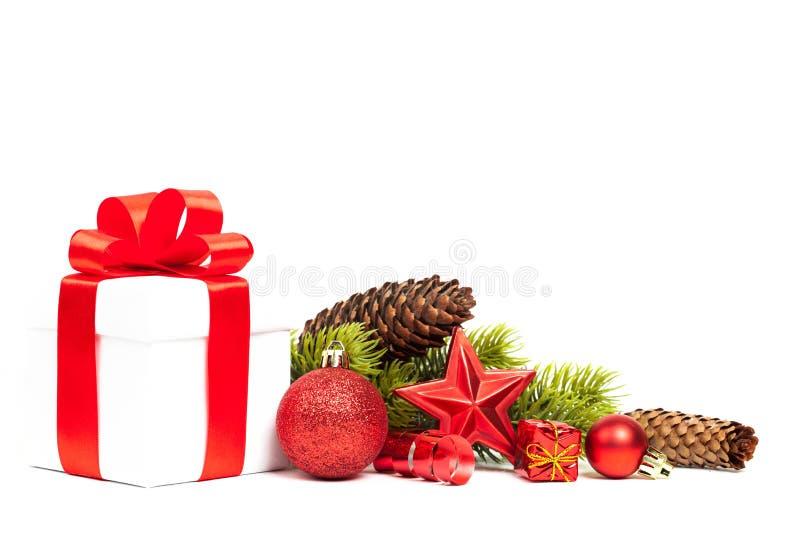 Regalo de la Navidad con la decoración fotos de archivo
