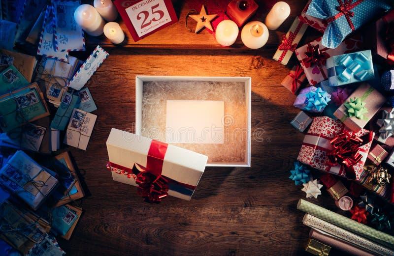 Regalo de la Navidad con la tarjeta imágenes de archivo libres de regalías
