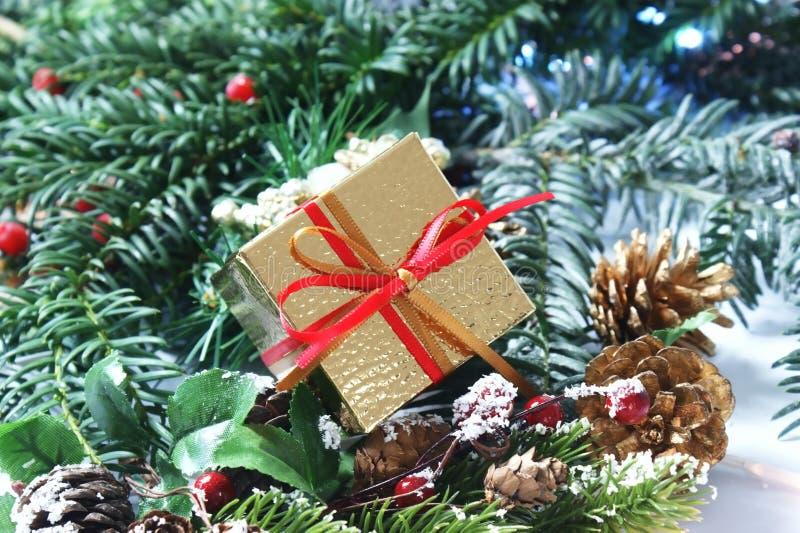 Regalo de la Navidad con rojo y la cinta del oro imagenes de archivo
