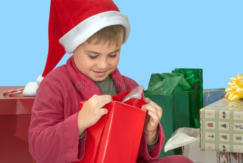 Regalo de la Navidad de la abertura del muchacho imágenes de archivo libres de regalías