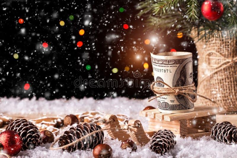 Regalo de la Navidad del dinero con el trineo de madera fotografía de archivo