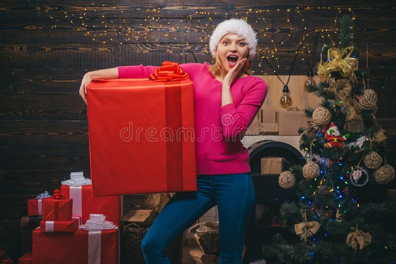 Regalo de la Navidad Feliz Navidad y Feliz Año Nuevo Mujer del invierno que lleva el sombrero rojo de Papá Noel Presentes del Año fotografía de archivo