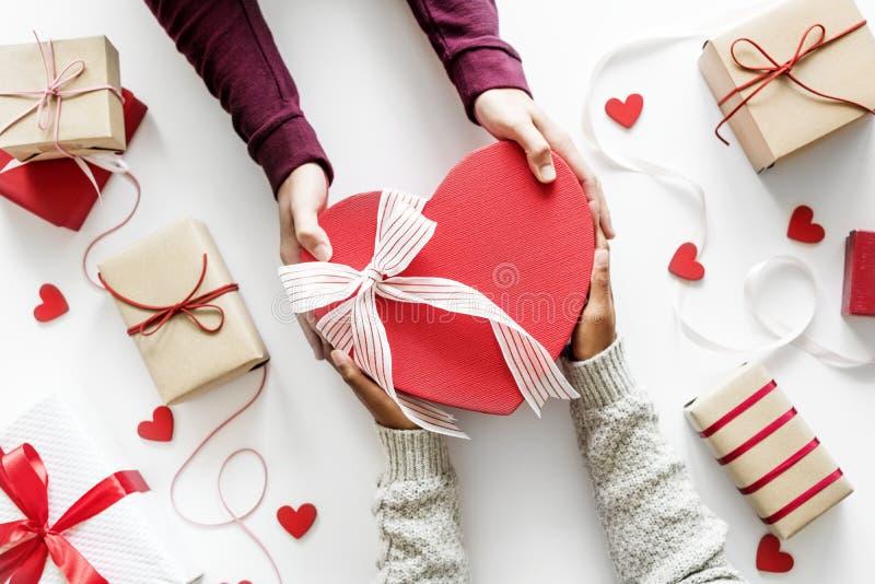 Regalo de la propuesta de matrimonio que muestra amor imagen de archivo