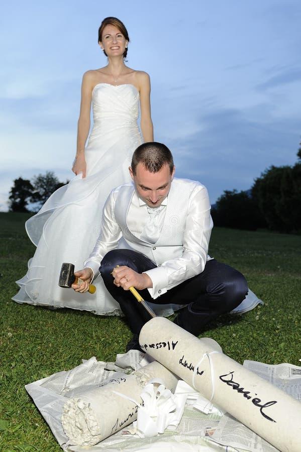 Regalo de la sorpresa para la novia y el novio fotos de archivo libres de regalías