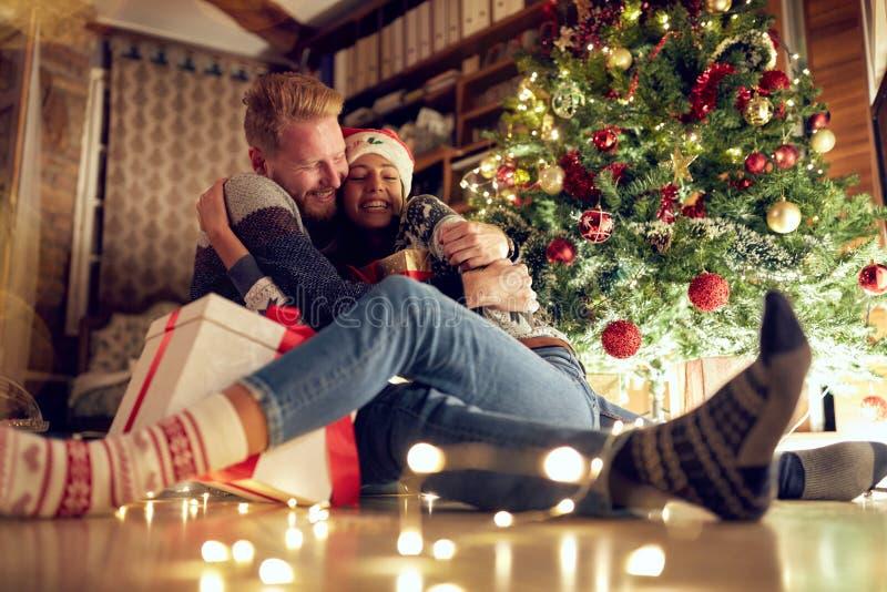 Regalo de la tradición para los pares de la Navidad en amor en la noche de la Navidad foto de archivo libre de regalías
