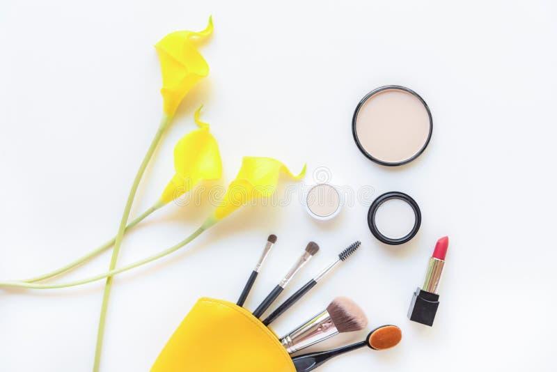 Regalo de las herramientas de los cosméticos del maquillaje y de los cosméticos de la belleza, productos y barra de labios facial fotografía de archivo