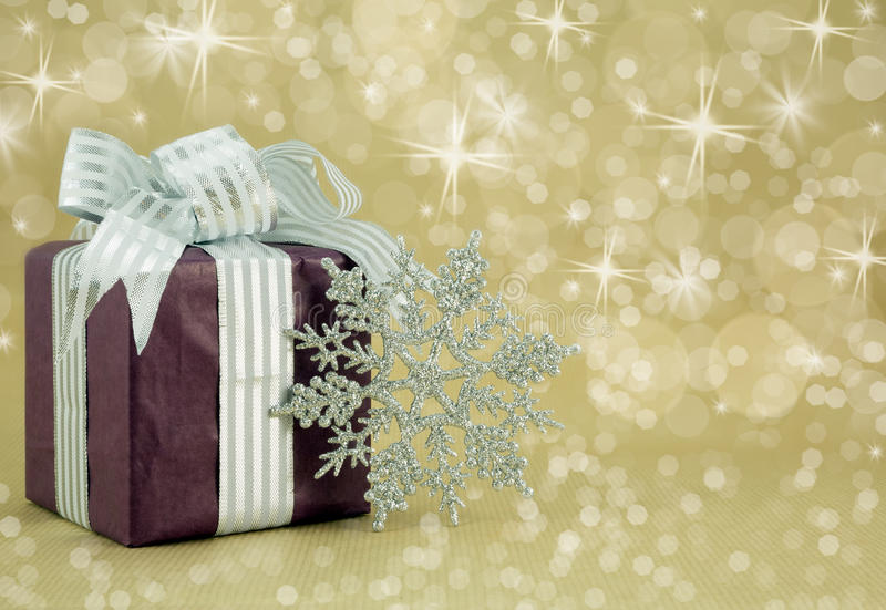 Regalo de Navidad con el copo de nieve de plata del brillo. imagen de archivo