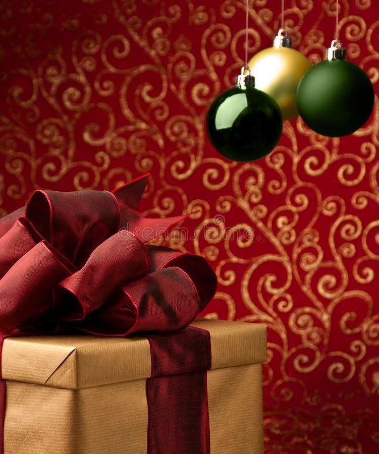 Regalo de Navidad con las burbujas decorativas de Navidad fotografía de archivo