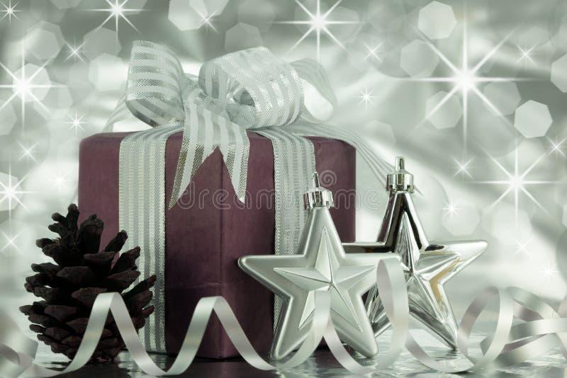 Regalo de Navidad con las estrellas de la plata y el cono del pino. imágenes de archivo libres de regalías