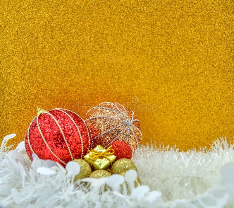 Regalo de Navidad y baubles con fondo dorado foto de archivo libre de regalías