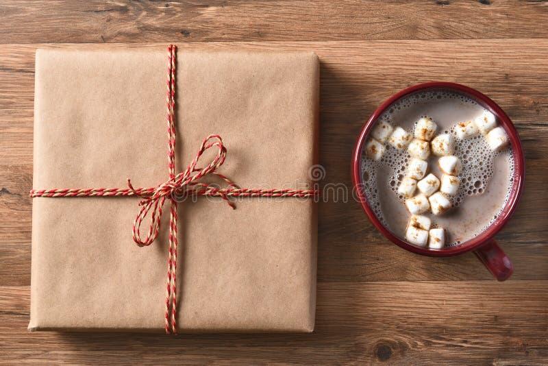 Regalo de Navidad y cacao foto de archivo libre de regalías