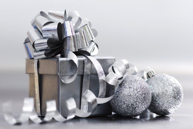 Regalo de plata de la Navidad fotografía de archivo