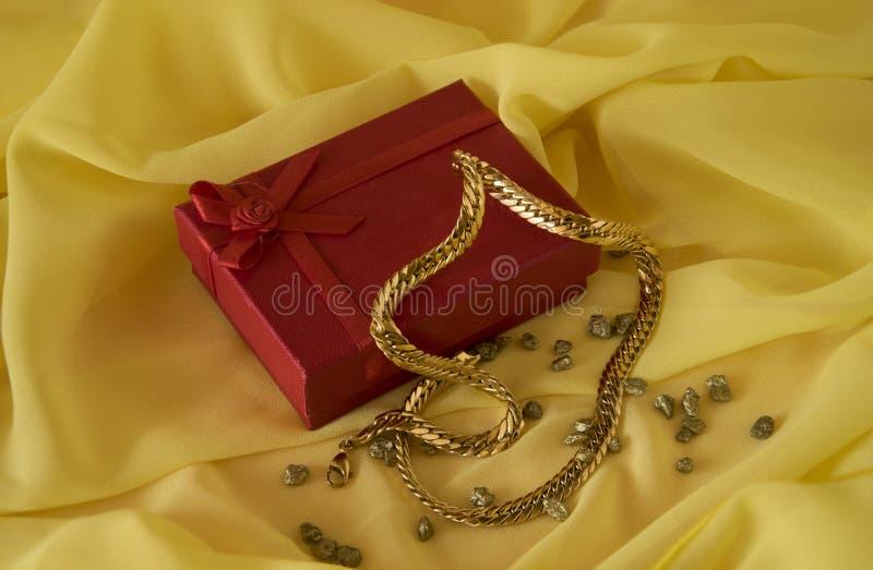Regalo de una cadena del oro foto de archivo