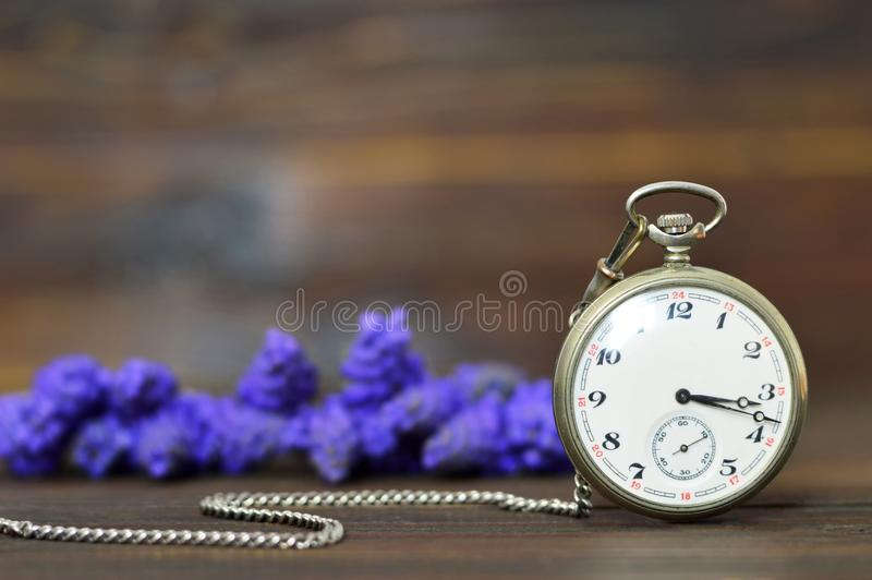 Regalo del aniversario Flores del reloj y de la primavera de bolsillo del vintage fotografía de archivo libre de regalías