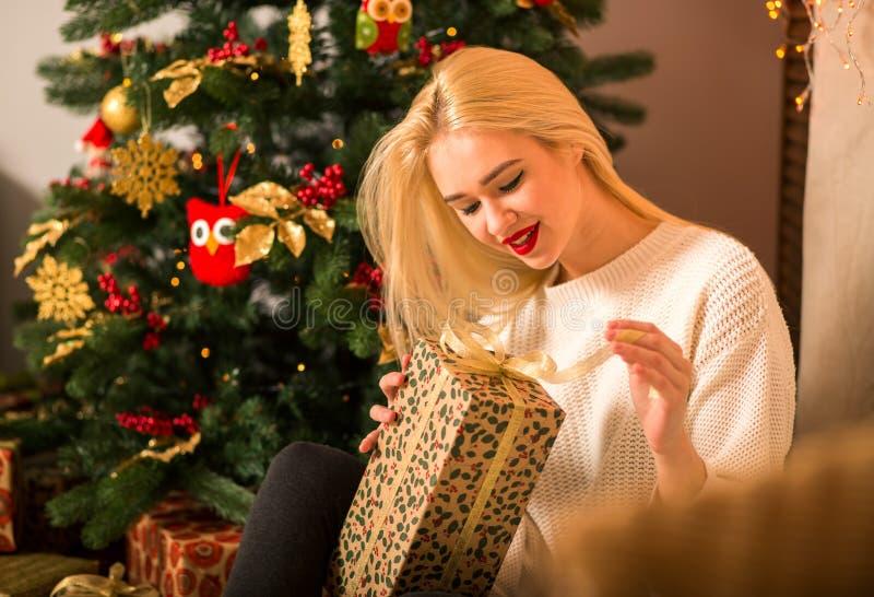Regalo del asimiento del retrato de la mujer joven en estilo del color de la Navidad imagen de archivo