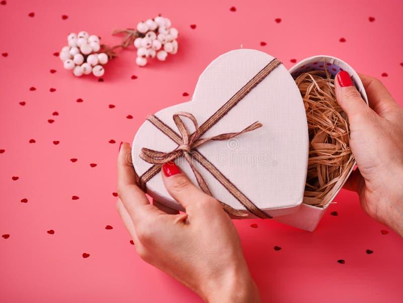 Regalo del cuore della st Valentine Day in mani della donna Contenitore di regalo aperto della mano s Concetto di festa Giorno de fotografie stock