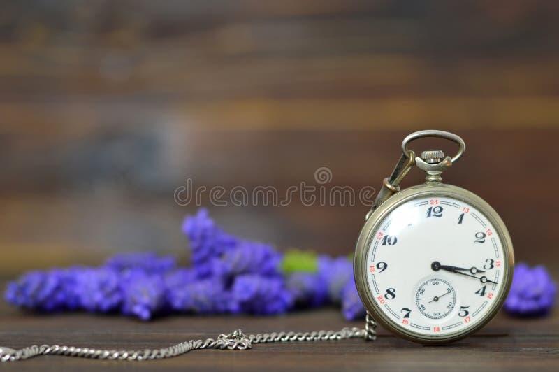Regalo del día de padres Flores del reloj y de la primavera de bolsillo del vintage imágenes de archivo libres de regalías