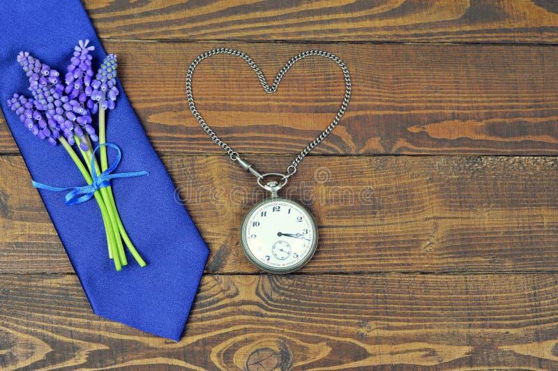 Regalo del día de padres Lazo del día de padres, flores y wa del bolsillo del vintage imágenes de archivo libres de regalías