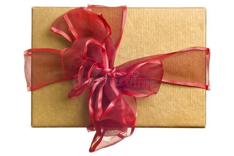 Regalo del oro con el arqueamiento rojo aislado imagen de archivo libre de regalías