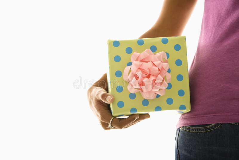 Regalo della holding della donna. fotografia stock