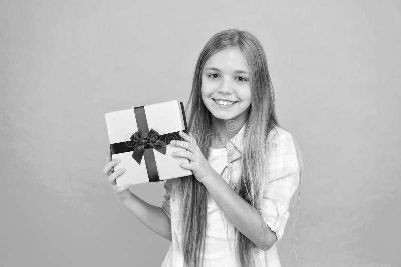 Regalo di compleanno Il cliente sveglio gode di di fare una poca spesa Piccola ragazza dopo la compera per il regalo Piccolo shop fotografia stock