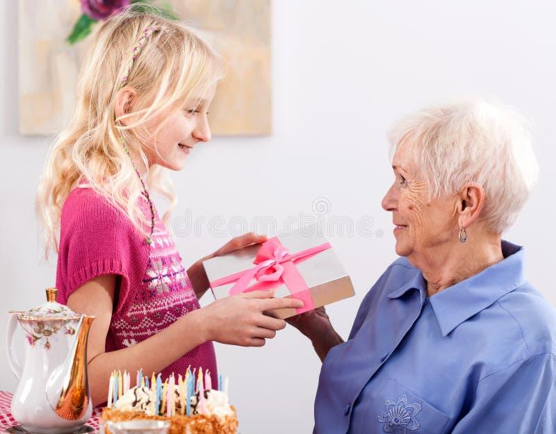 Regalo di compleanno per la nonna immagini stock
