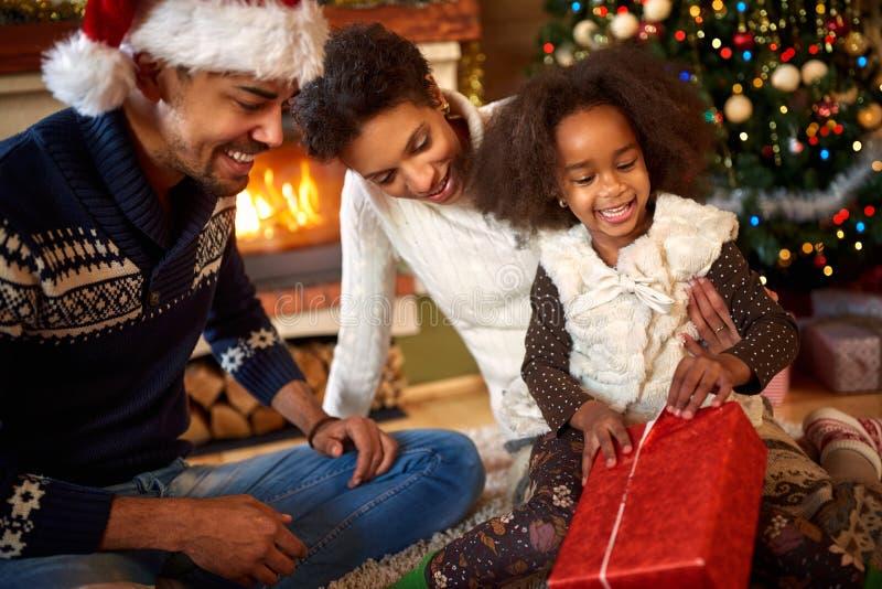 Regalo di Natale afroamericano di apertura della bambina fotografia stock