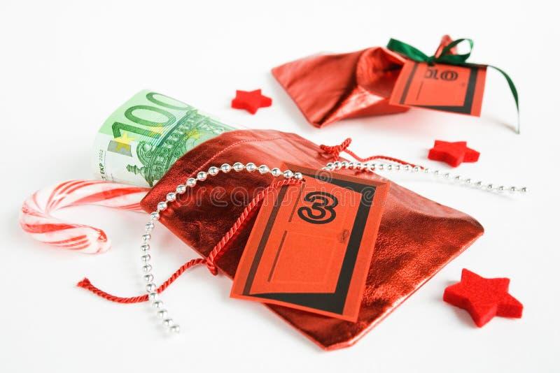 Regalo di Natale, calendario di arrivo, piccola borsa con soldi fotografie stock