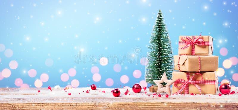 Regalo di Natale con l'ornamento immagine stock